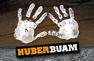 Dies ist das Logo der Huber Buam. Es zeigt zwei Handabdrücke und den Schriftzug Huber Buam.